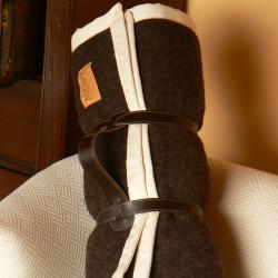 Plaid laine chocolat en haute laine pyrénéenne finition galon écru