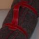 Plaid laine brun en haute laine pyrénéenne finition point de cheval rouge