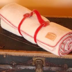 Plaid laine ivoire en haute laine pyrénéenne finition point de cheval rouge